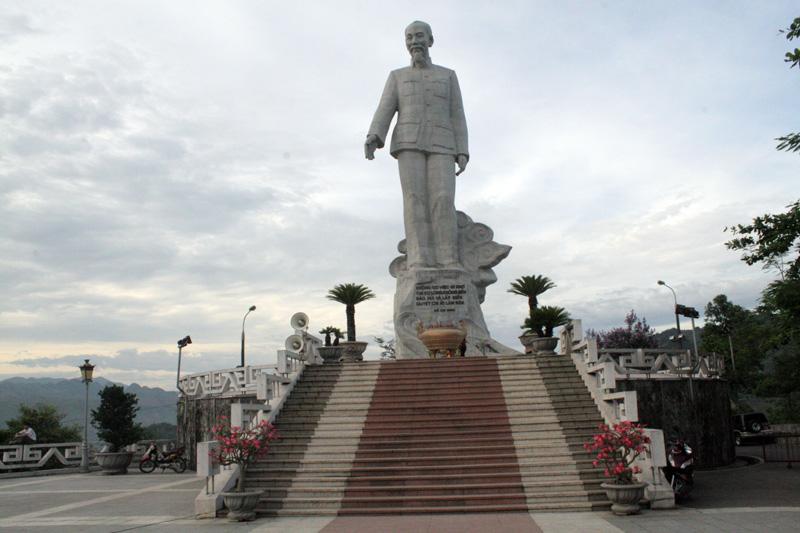 Tượng đài Bác Hồ - điểm nhấn kiến trúc trên công trình thủy điện Hòa Bình