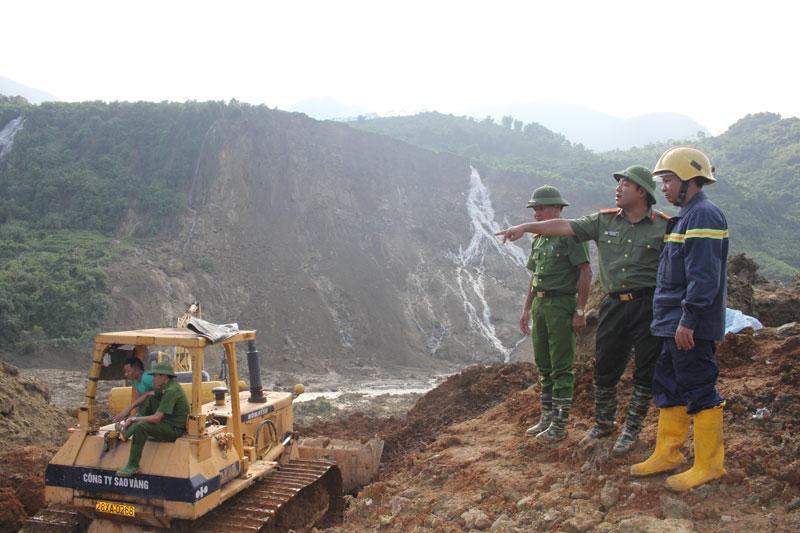 Giúp dân trong mưa lũ - những hiểm nguy khôn lường