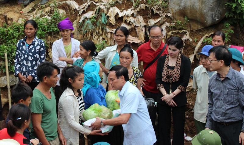 Ủy ban MTTQ tỉnh phối hợp với các đội thiện nguyện cứu trợ đồng bào bị thiên tai tại huyện Đà Bắc