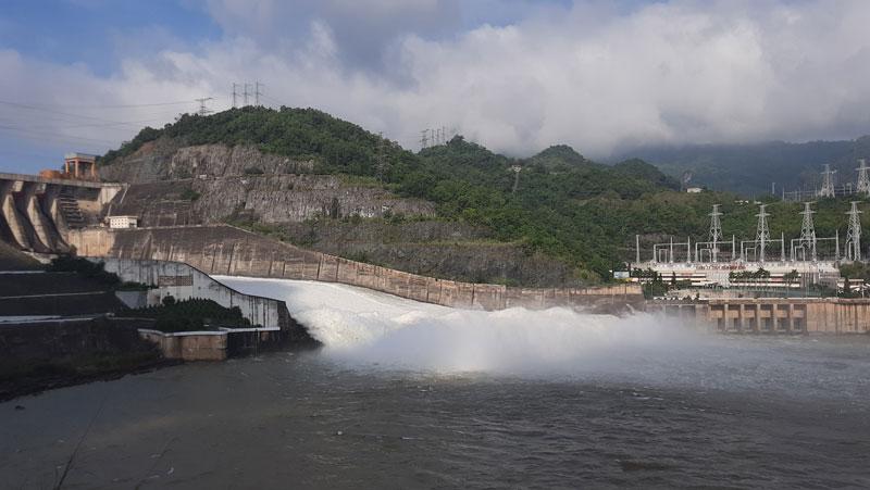 Mở cửa xả đáy số 1 để điều tiết hồ chứa thủy điện Hòa Bình