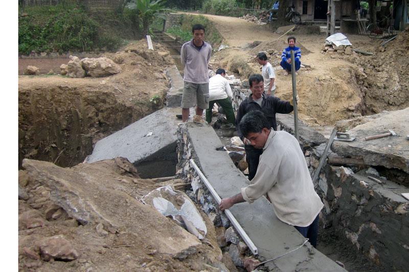 Nông dân xóm Hịch, xã Mai Hịch (Mai Châu) đóng góp ngày công xây dựng hạ tầng nông thôn mới.