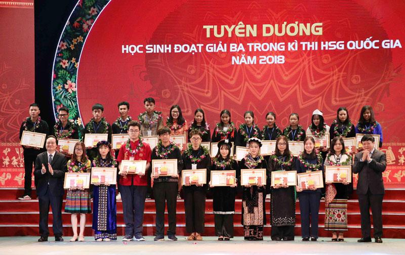 Em Đinh Lê Bảo Ngọc (đứng thứ 3 từ phải sang, hàng thứ 2) học sinh lớp 11 chuyên Anh, trường THPT Chuyên Hoàng Văn Thụ là 1 trong 2 học sinh dân tộc thiểu số tiêu biểu của tỉnh ta được khen thưởng.