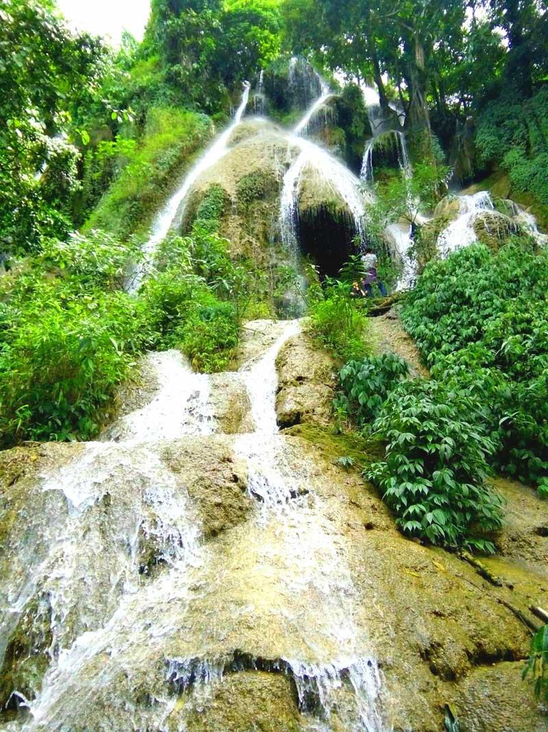 Vào mùa khô, thác Thung Vòng vẫn có lượng nước đổ xuống, tạo thành cảnh quan kỳ vỹ giữa đại ngàn.