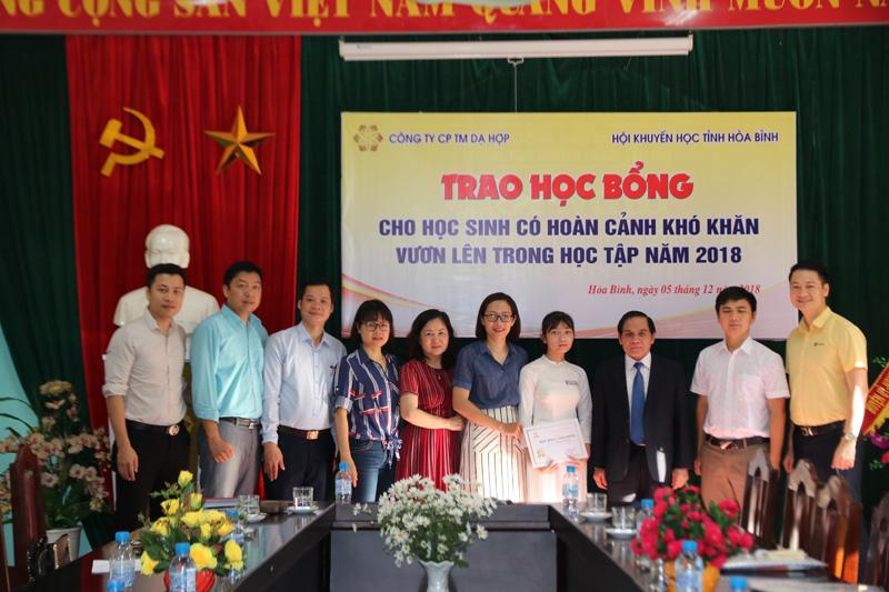 Công ty CPTM Dạ Hợp trao học bổng toàn phần trị giá 262 triệu đồng cho em Nguyễn Thị Ly, lớp 10 chuyên Toán trường THPT Hoàng Văn Thụ.
