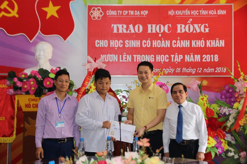 Công ty CPTM Dạ Hợp trao học bổng toàn phần trị giá 262 triệu đồng cho em Nguyễn Quang Huy, lớp 10A1, trường THPT huyện Kỳ Sơn