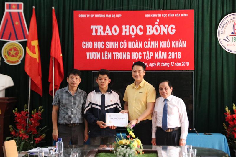 Công ty CPTM Dạ Hợp trao học bổng toàn phần trị giá 262 triệu đồng cho em Trương Mạnh Dương lớp 10A6, trường THPT Lương Sơn