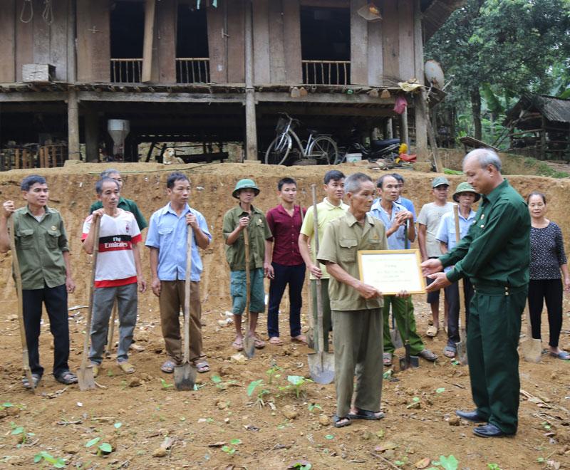 Hội CCB huyện Lạc Sơn cùng hội viên CCB xã Phú Lươngtrao tiền hỗ trợ và giúp ngày công làm nhà cho hội viên CCB Bùi Văn Bủi.