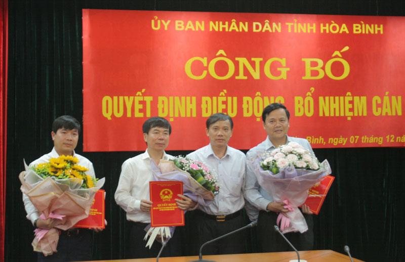 Đồng chí Bùi Văn Khánh, UVTV, Phó Chủ tịch UBND tỉnh trao Quyết định và tặng hoa chúc mừng các đồng chí được điều động, bổ nhiệm.