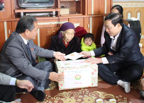 Đồng chí Bùi Văn Cửu, Phó Chủ tịch UBND tỉnh thăm, chúc tết mẹ Việt Nam anh hùng