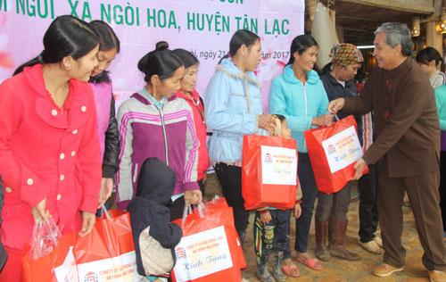 Công ty CP Du lịch Hòa Bình tặng quà Tết cho người dân xã Ngòi Hoa và Tiền Phong