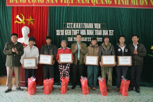 Công ty TNHH MTV Xổ số Kiến thiết Hòa Bình tặng quà tết cho hộ nghèo xã Tân Pheo
