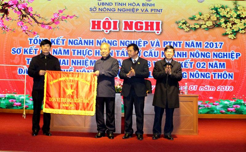 Sở Nông nghiệp và Phát triển nông thôn tỉnh Hòa Bình đón nhận Cờ Đơn vị thi đua xuất sắc năm 2017 của Bộ NN&PTNT