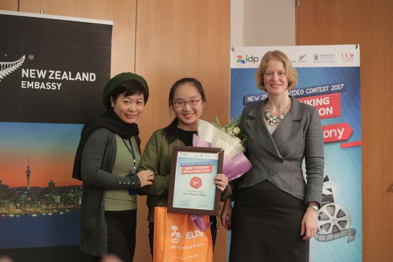 Đỗ Phương Thanh nhận giải thưởng New Zealand video Contest 2017 - New Thinking New Direction từ Đại sứ toàn quyền New Zealand tại Việt Nam và đại diện Công ty IDP.