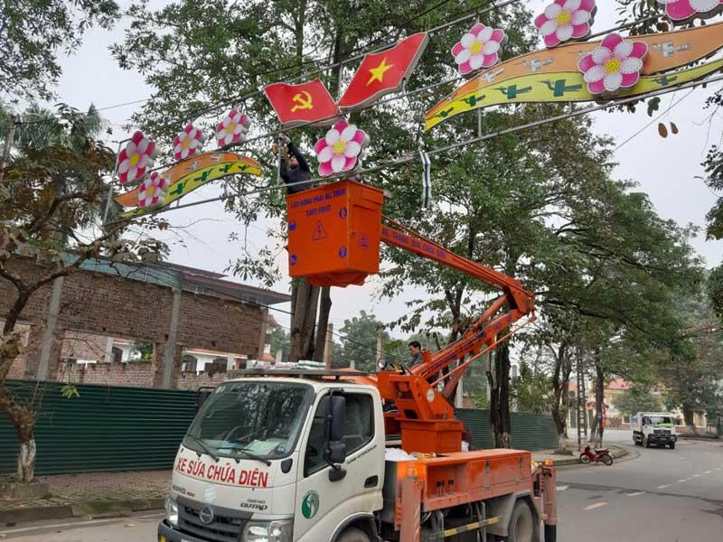 Công nhân Công ty CP Môi trường Đô thị Hòa Bình sửa chữa, lắp đặt hệ thống đèn trang trí phục vụ Tết Nguyên đán Kỷ Hợi 2019.