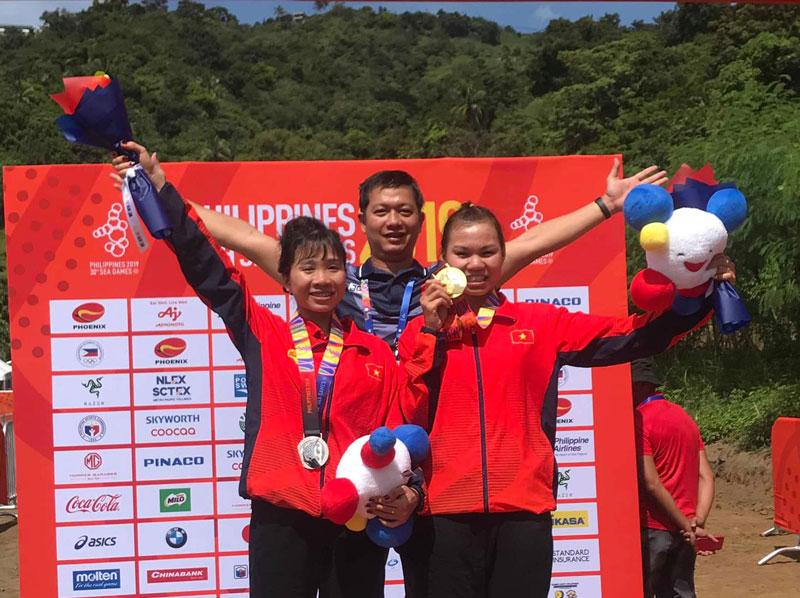 Cua-rơ Đinh Thị Như Quỳnh (bên phải) và Cà Thị Thơm (bên trái) là hai VĐV đã giành được 1 HCV, 1 HCB môn Xe đạp địa hình cho đoàn thể thao Việt Nam thi đấu tại SEA Games 30