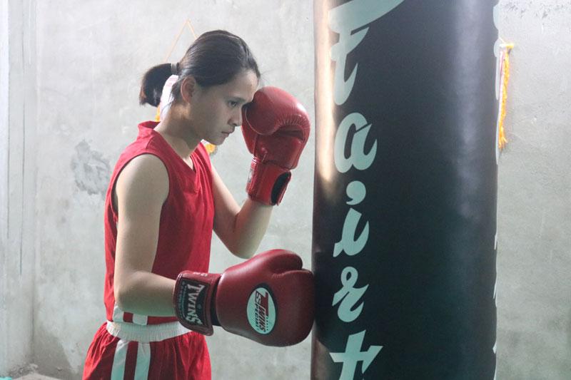 Đời thường là một cô gái nhỏ nhắn, nhút nhát nhưng trong luyện tập và khi lên sàn đấu, Bùi Thu Huyền trở thành tay đấm Boxing đầy quyết tâm