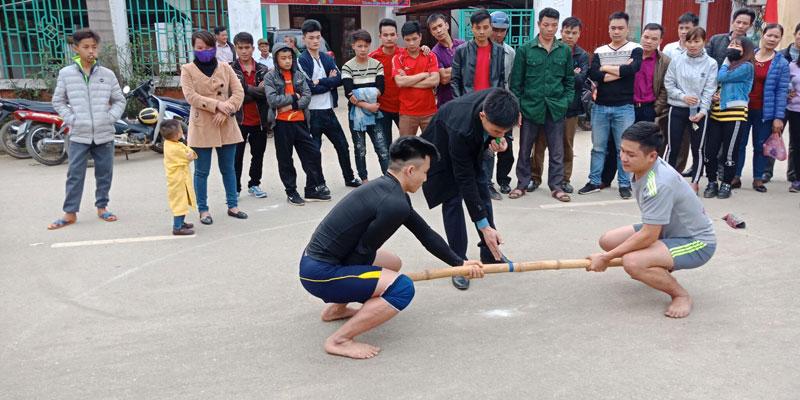 Lường Văn Qua (bên trái) tham gia các giải thể thao do xã, huyện và tỉnh tổ chức để tích lũy kinh nghiệm thi đấu. Hiện nay, anh chính là niềm hy vọng của môn đẩy gậy tỉnh Hòa Bình tại các giải đấu lớn