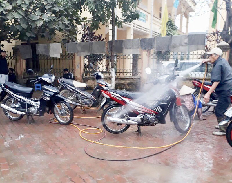 Quán rửa xe tại đường Phùng Hưng, tổ 20, phường Tân Hòa (TP Hòa Bình) hoạt động liên tục do khách đến rửa xe đông nhất vào ngày 30 Tết.