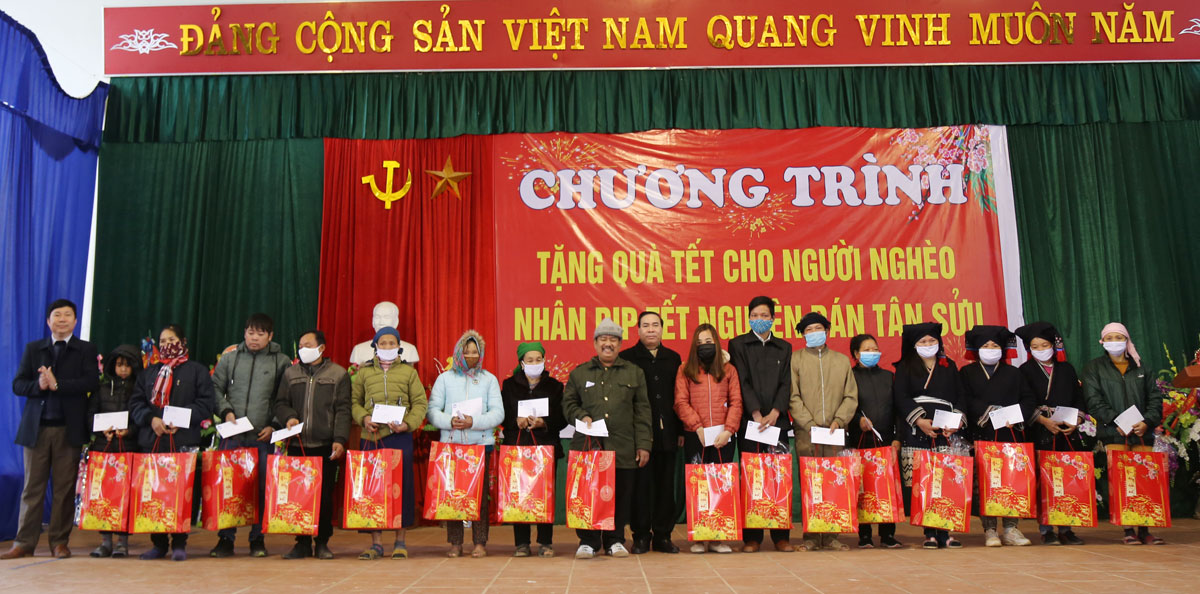 Tặng 114 suất quà Tết cho hộ nghèo, hoàn cảnh khó khăn huyện Đà Bắc
