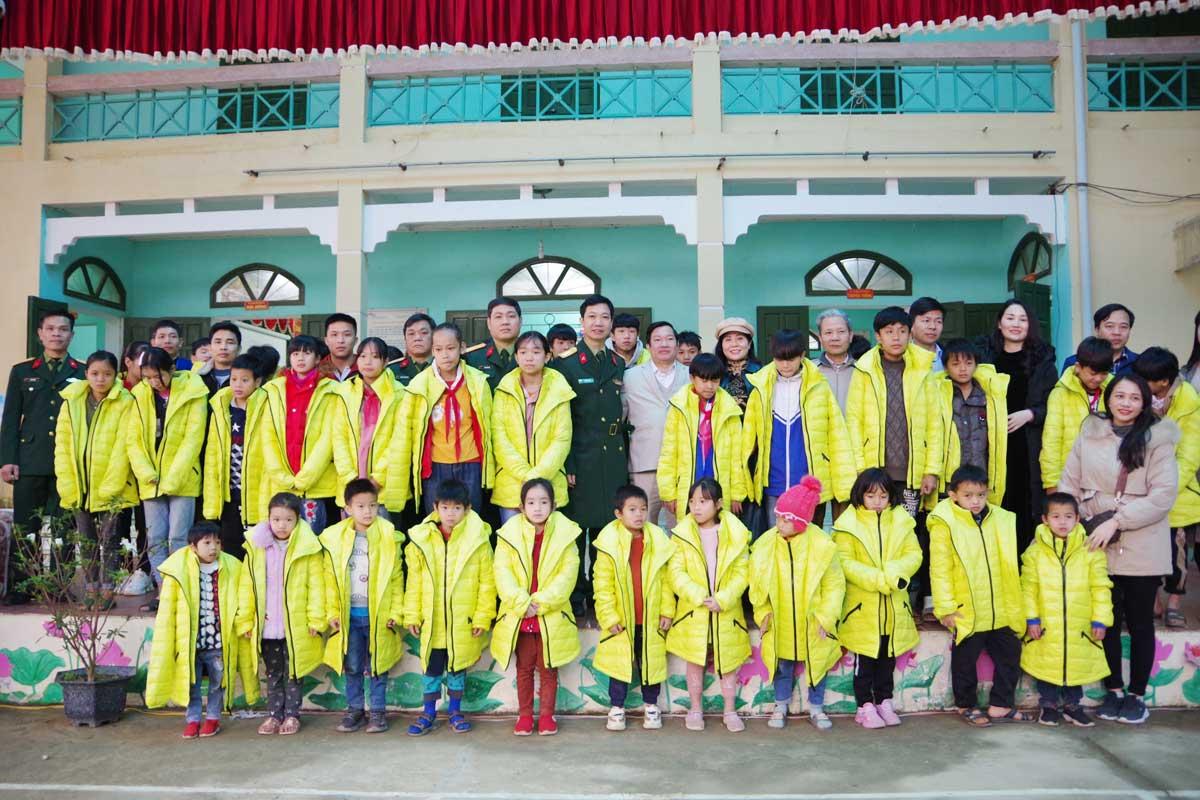 Tặng quà học sinh hoàn cảnh khó khăn tại huyện vùng cao Đà Bắc