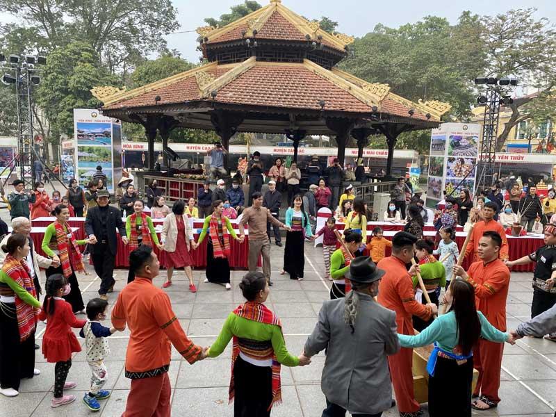 Hàng nghìn du khách và Nhân dân thủ đô thăm quan, trải nghiệm các hoạt động văn hóa, sản phẩm du lịch Hòa Bình