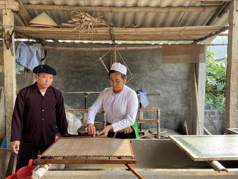 Nghệ nhân làm giấy dó xóm Suối Cỏ, xã Hợp Hòa -nay là xã Cao Sơn (Lương Sơn) thực hiện công đoạn seo giấy trên khuôn.