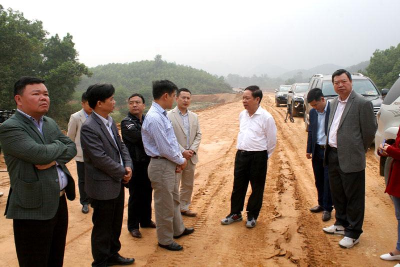 Bí thư Tỉnh ủy Bùi Văn Tỉnh kiểm tra tiến độ dự án đường Hòa Lạc - Hòa Bình