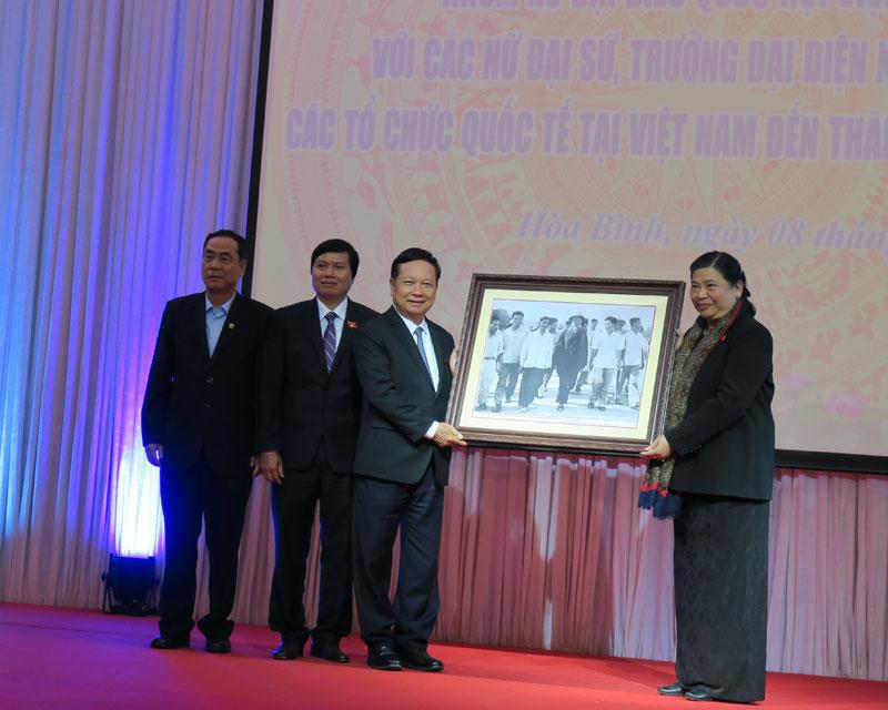 Đoàn công tác nữ Đại biểu quốc hội, nữ trưởng các tổ chức ngoại giao, tổ chức quốc tế thăm và làm việc tại tỉnh ta