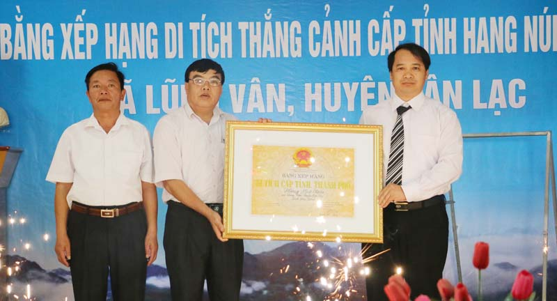 Lãnh đạo Sở VH-TT&DL trao Bằng xếp hạng di tích thắng cảnh cấp tỉnh hang Núi Kiến cho đại diện lãnh đạo xã Lũng Vân (Tân Lạc).