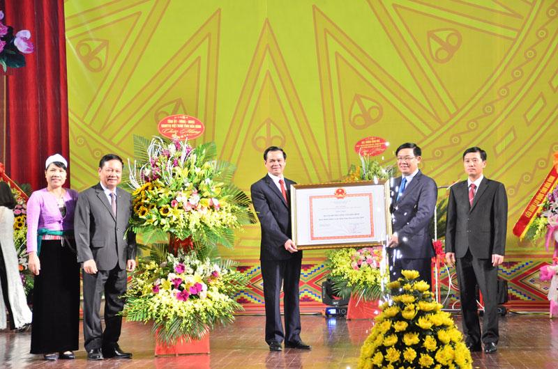 Thành phố Hòa Bình đón bằng công nhận hoàn thành nhiệm vụ xây dựng nông thôn mới