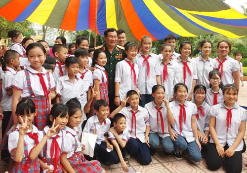 Anh hùng Phạm Tuân giao lưu với gần 500 học sinh trường Tiểu học và THCS Thịnh Lang