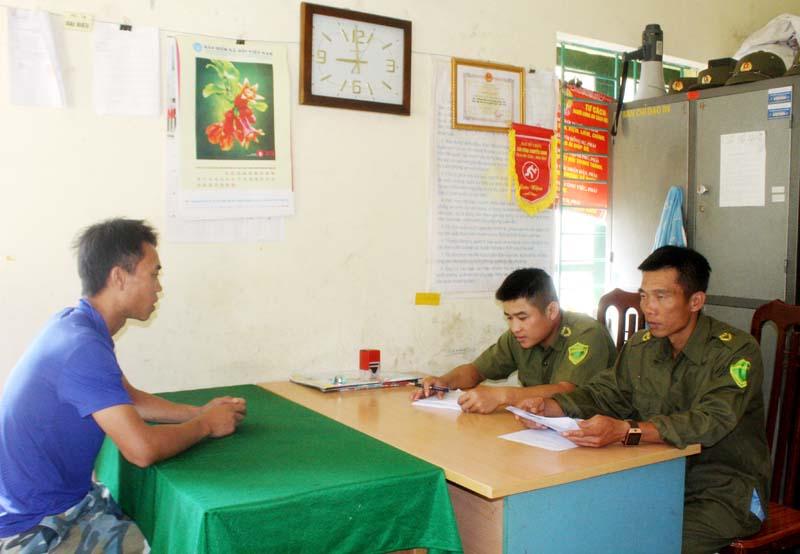 Công an xã Thung Khe (Mai Châu) duy trì trực ban và tiếp công dân để kịp thời nắm bắt tình hình, có biện pháp ngăn chặn khi có vụ việc xảy ra.