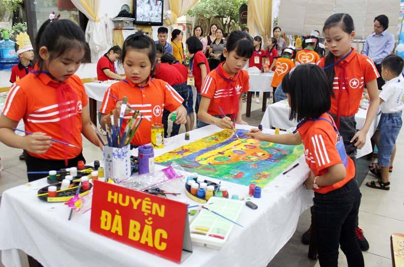 Ngành GD&ĐT đã có nhiều giải pháp thiết thực thu hút học sinh đến trường, giảm tỷ lệ học sinh bỏ học(ảnh: Ngày hội học sinh tiểu học năm học 2018 - 2019 tại thành phố Hòa Bình)