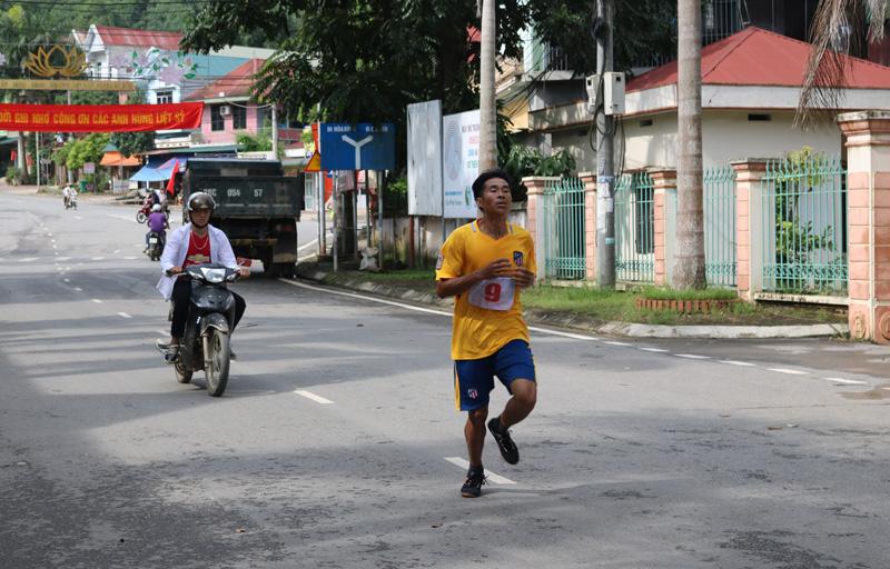 Vận động viên của xã Đồng Chum (huyện Đà Bắc) trên đường đua tranh tài nội dung nam vô địch.