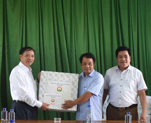 Chủ tịch UBND tỉnh Bùi Văn Khánh thăm, tặng quà Chiến khu Mường Khói