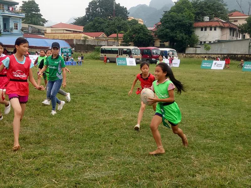 Một buổi thi đấu giao lưu bóng bầu dục của các em thiếu niên tại Sân vận động huyện Kim Bôi.