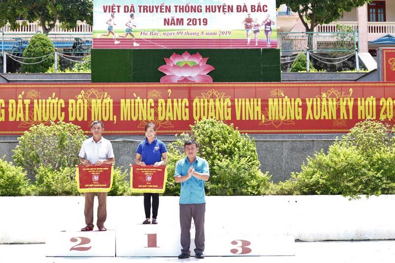 Đại diện Sở VH,TT&DL tỉnh trao giải nhất, nhì toàn đoàn cho hai đơn vị xã Tu Lý và xã Toàn Sơn.