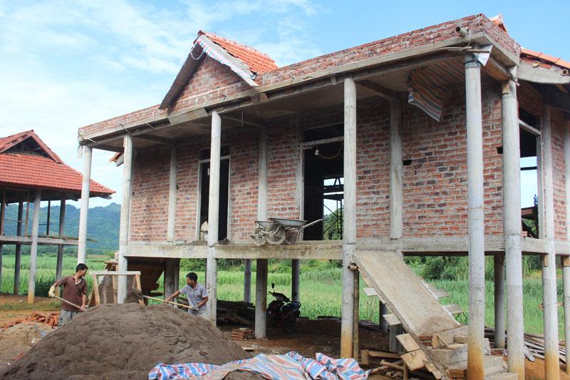Các hạng mục nhà văn hóa xóm Tuôn, xã Ân Nghĩa (Lạc Sơn) đang hoàn thiện nhằm đạt tiêu chí số 6 về   cơ sở vật chất văn hóa.