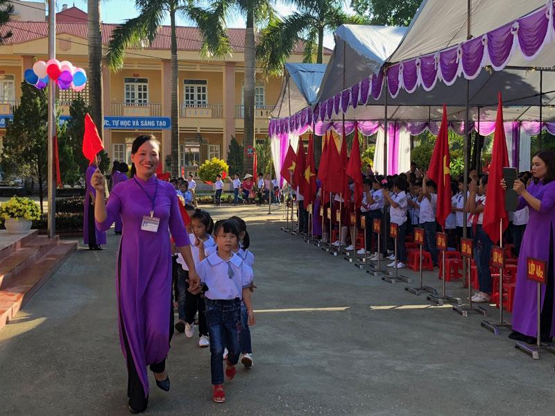 Thầy và trò nhà trường đón các em học sinh khối lớp 1 vào năm học mới.