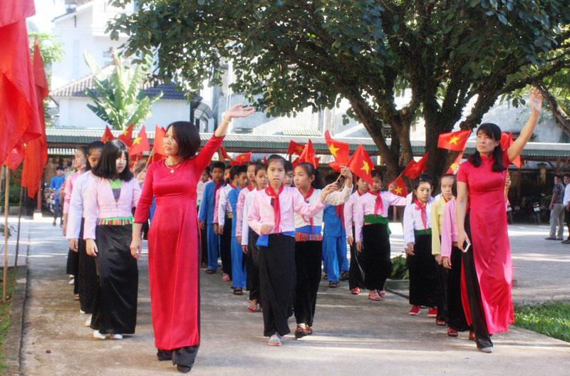 Trường PT DTNT THCS&THPT huyện Tân Lạc đón chào học sinh vào năm học mới.