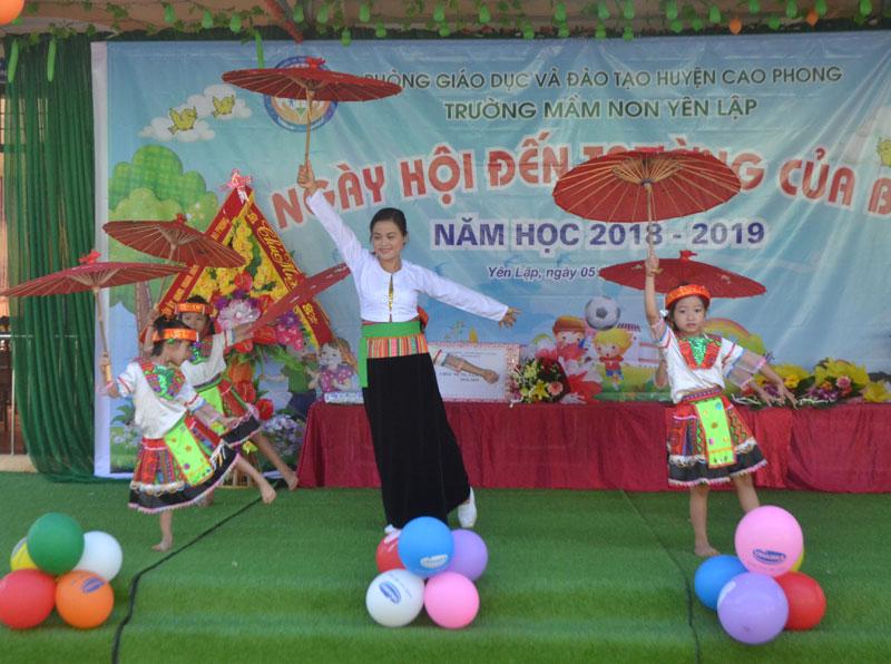 Cô và trò Trường Mầm non Yên Lập (Cao Phong) vui văn nghệ chào mừng khai giảng năm học mới.