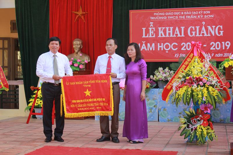 Đồng chí Trần Đăng Ninh, Phó Bí thư Thường trực Tỉnh ủy, Chủ tịch HĐND tỉnh trao Cờ đơn vị dẫn đầu phong trào thi đua năm học 2017-2018 của UBND tỉnh cho thầy và trò nhà trường