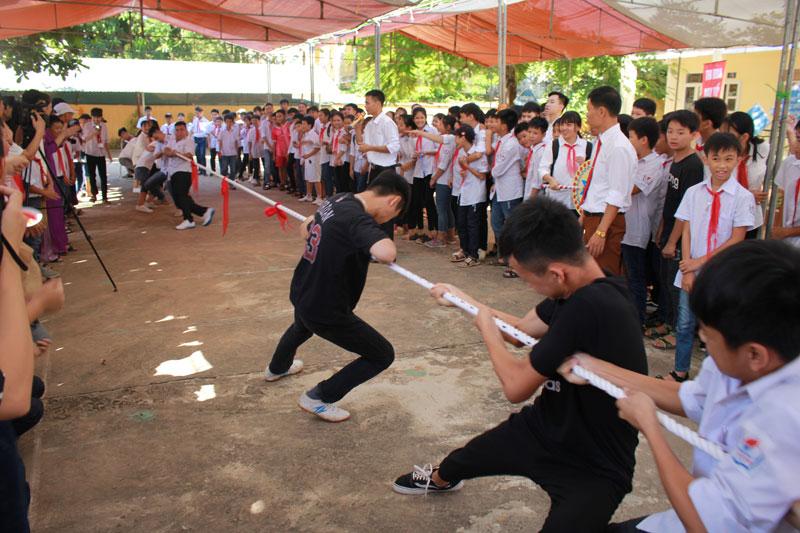 Các em học sinh tham gia phần hội với trò chơi dân gian kéo co