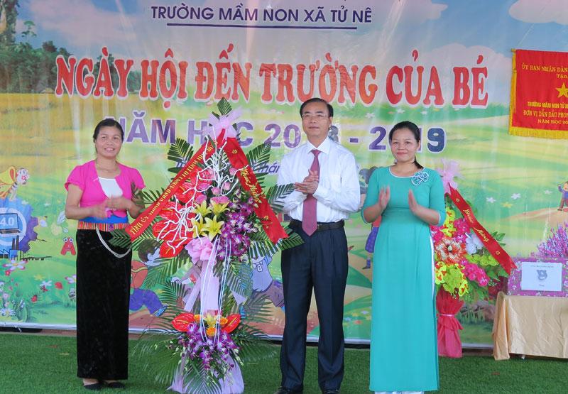 Đồng chí Hoàng Văn Tứ, UVTVTU, Phó Chủ tịch HĐND tỉnh tặng hoa chúc mừng cô và trò nhà trường.