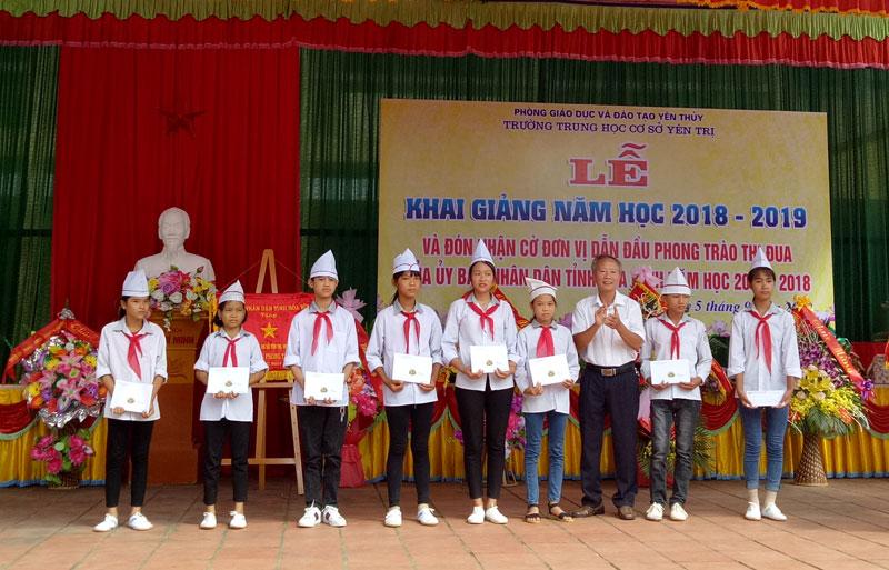 Hội khuyến học huyện tặng học bổng cho 8 học sinh nghèo vượt khó.