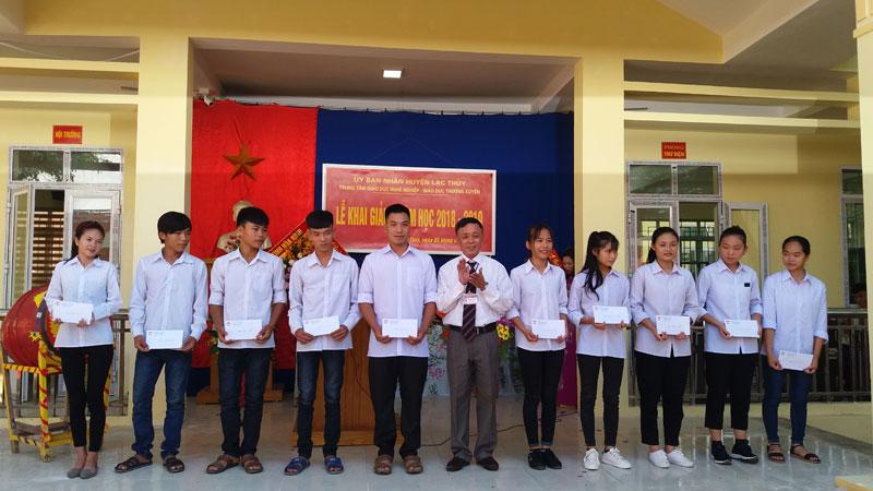 MTTQ huyện Lạc Thủy tặng 10 suất quà cho học sinh có hoàn cảnh khó khăn của Trung tâm.