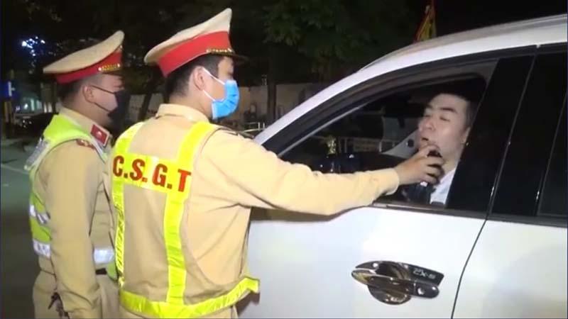 Lực lượng Cảnh sát giao thông Công an thành phố Hòa Bình ra quân xử lý vi phạm về nồng độ cồn.